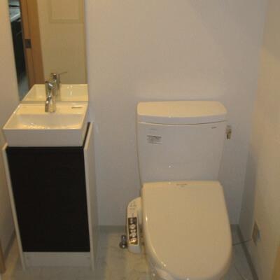 レジディア天神橋-洗面台とトイレ
